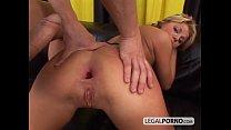 Loira gostosa dando com força em um porno