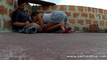 Amadora da favela fazendo chupeta na laje