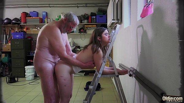 Empregada novinha fazendo sexo com velho tarado