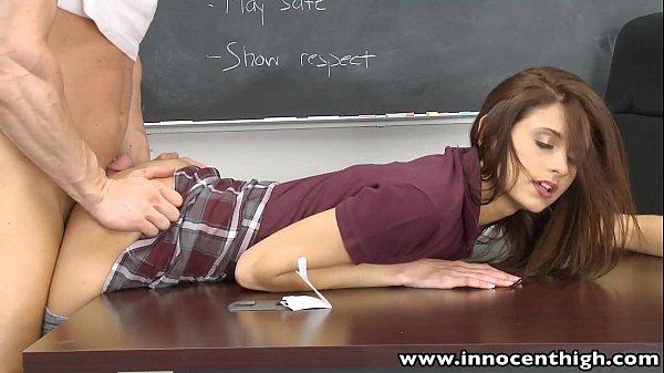 Aluna Novinha Dando Pro Professor Na Sala De Aula