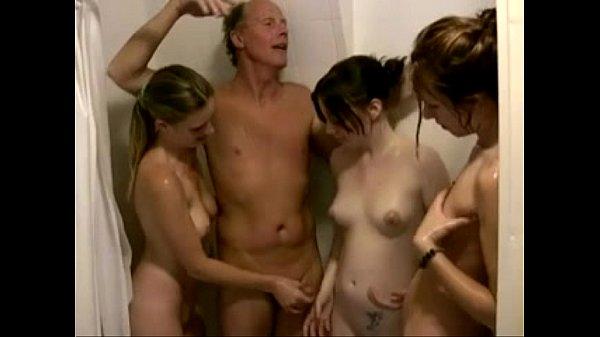 Três Ninfetas Safadas No Banho Com Velho Tarado