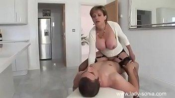 Coroa safada fazendo sexo gostoso com vizinho