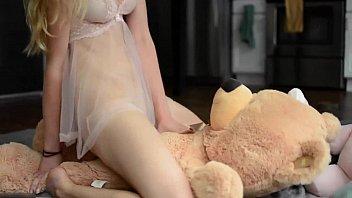 Novinha carente dando pro ursinho