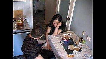Video porno abusando a novinha bebada em casa