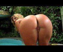 Pandora Pantera exibindo sua bunda gostosa no motel