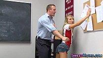 Magrinha novinha transando dentro da sala de aula