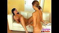 Taradinha lésbica deixando sua amiguinha cheia de tesão