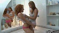 Amigas lésbicas deliciosas transando muito dentro da banheira
