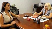 Lésbicas safadinhas fazendo uma putaria gostosa no escritório