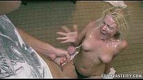 Loira gostosa tomando um banho de porra do comedor