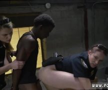 Duas coroas policiais dando pro bandido negro