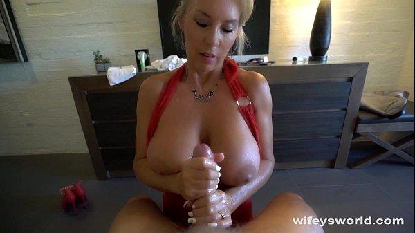 Coroa peituda fazendo massagem erotica