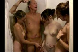 Três novinhas safadas no banho com velho tarado