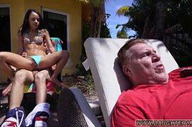Novinha dando cu pro namorado do lado do pai