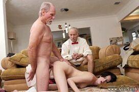 Velhos tarados comendo o cu da neta novinha no sexo anal