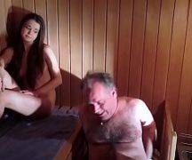 Novinha adora fazer sexo com um velho coroa