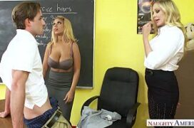 Aluno comendo duas professoras peitudas