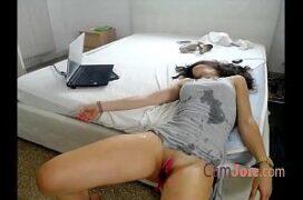 Mulher tocando siririca e tendo orgasmo feminino squirt