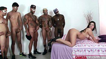 Britney Bitch faz sexo anal na suruba com cinco homens