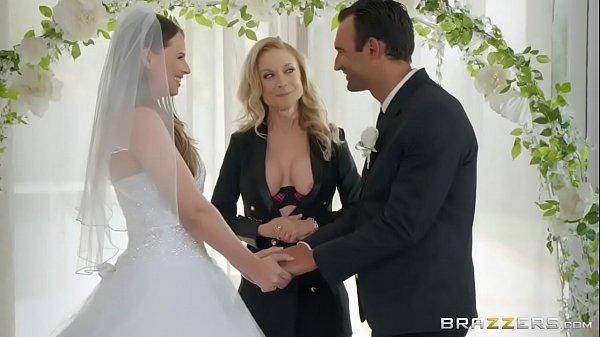 Coroa metendo junto com os noivos