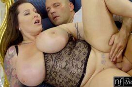 Mulher com peitões enormes e buceta gordinha raspada